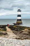 Der Penmon-Punktleuchtturm ist nah an Papageientaucher-Insel auf Anglesey, Wales - Vereinigtes Königreich Stockbilder
