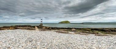 Der Penmon-Punktleuchtturm ist nah an Papageientaucher-Insel auf Anglesey, Wales - Vereinigtes Königreich Lizenzfreie Stockbilder