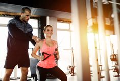 Der persönliche Trainer, der Frau unterstützt, verlieren Gewicht lizenzfreies stockfoto