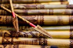 Der Pfeil, der den handgemachten hölzernen Bambus schnitzt gravierte Fische zeigt, stellen Grafik auf Bambus, Reihen von graviert Lizenzfreies Stockfoto