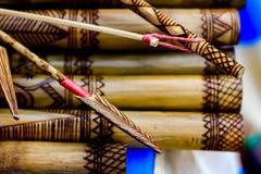Der Pfeil, der den handgemachten hölzernen Bambus schnitzt gravierte Fische zeigt, stellen Grafik auf Bambus, Reihen von graviert Lizenzfreie Stockbilder
