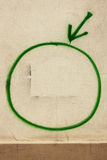 Der Pfeil, der auf den grünen Kreis zeigt Stockfotos