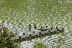 Der Pier auf einem grünen See von Furnas lizenzfreie stockfotos