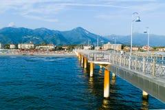Der Pier bei Marina di Pietrasanta, toskanisches Riviera, Toskana, Ital stockfotos