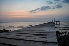 Der Pier, der in das Meer in Kep hervorsteht Stockfoto