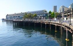 Der Pier und die Seattle-Ufergegend des öffentlichen Bereichs Stockfotografie