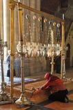 Der Pilgerer in der roten Kleidung betet leidenschaftlich stockbild