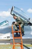Der Pilot und der Besucher nahe dem Cockpit des multirole Kämpfers Mikojan-Gurewitsch MiG-29 lizenzfreie stockfotografie