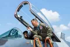 Der Pilot und der Besucher nahe dem Cockpit des multirole Kämpfers Mikojan-Gurewitsch MiG-29 stockfotos