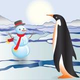 Der Pinguin sieht einen Schneemann Lizenzfreie Stockfotografie