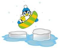 Der Pinguin springend unter das Eis auf Snowboard Stockfotos