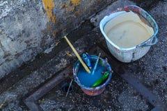 Der Pinsel wurde in einem Eimer Wasser untergetaucht Stockbild