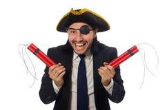 Der Pirat im schwarzen Anzug, der Bombe lokalisiert auf Weiß hält lizenzfreie stockbilder
