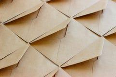 Der Plan der Umschlagschablone wird vom braunen Kraftpapier gemacht lizenzfreies stockfoto