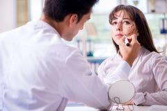 Der plastische Chirurg, der für Operation auf Frauengesicht sich vorbereitet stockfotos