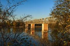 Der Po-Ansicht unter die Brücke auf Herbst stockbild