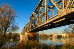 Der Po-Ansicht unter die Brücke auf Herbst lizenzfreie stockfotos
