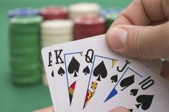 Der Pokerspieler, der 10 zu König, a-Spaten hält, kommt Stockfoto