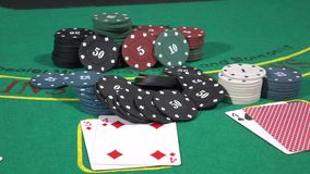 Der Pokerspieler, der seins erhöht, bindet werfenden Zeichenspieltisch an stock footage