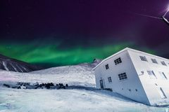 Der polare arktische Nordlicht-aurora borealis-Himmelstern in Norwegen Svalbard in den Longyearbyen-Stadt-Mondbergen Stockfotos