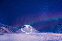 Der polare arktische Nordlicht-aurora borealis-Himmelstern Norwegen Svalbard in den Longyearbyen-Stadtbergen lizenzfreie stockfotos
