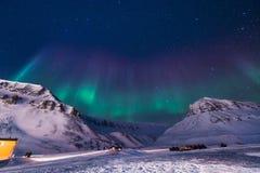 Der polare arktische Nordlicht-aurora borealis-Himmelstern in Norwegen Svalbard im Longyearbyen-Stadtberg Stockbilder