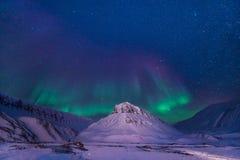 Der polare arktische Nordlicht-aurora borealis-Himmelstern in Norwegen Svalbard im Longyearbyen-Stadtberg Stockfoto