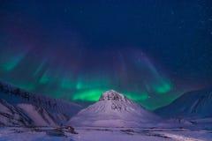 Der polare arktische Nordlicht-aurora borealis-Himmelstern in Norwegen Svalbard im Longyearbyen-Stadtberg Stockfotografie