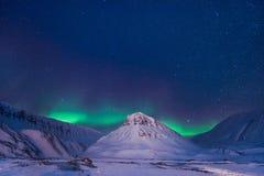 Der polare arktische Nordlicht-aurora borealis-Himmelstern in Norwegen Svalbard im Longyearbyen-Stadtberg Stockbild