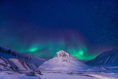 Der polare arktische Nordlicht-aurora borealis-Himmelstern in Norwegen Svalbard im Longyearbyen-Stadtberg Lizenzfreies Stockbild