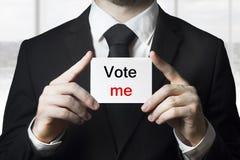 Der Politiker, der Zeichen hält, wählen mich lizenzfreies stockfoto