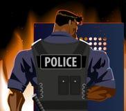 Der Polizeibeamte mit einem Schild Aufstand, Feuer, Terrorismus Lizenzfreies Stockfoto