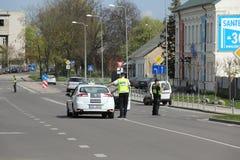 Der Polizeiwagen blockierte die Straße Stockfoto