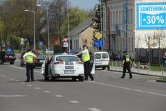 Der Polizeiwagen blockierte die Straße Stockbilder