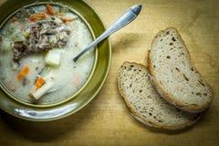 In der polnischen Küche traditionelle polnische Küche, geschmackvolle Gurkensuppe der Vorbereitung Stockbilder