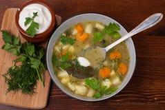 In der polnischen Küche traditionelle polnische Küche, geschmackvolle Gurkensuppe der Vorbereitung Lizenzfreies Stockfoto