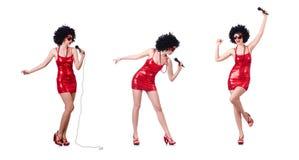 Der Popstar mit mic im roten Kleid auf Weiß lizenzfreie stockfotografie