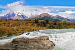 Der powerfu Wasserfall Stockfotografie