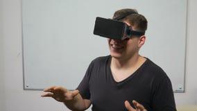 Der Prüfungsvirtuellen realität des jungen Mannes Kopfhörerausrüstung und sie viel genießen - VR stock footage