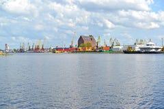Der Pregolya-Fluss, der den Kaliningrad-Handelsseehafen übersieht Lizenzfreie Stockfotos