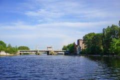 Der Pregolya-Fluss und die alte Brücke mit dem Versuchshaus auf dem Strand Lizenzfreie Stockfotos