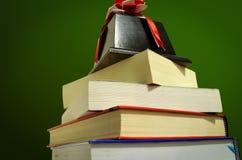 Der Preis auf einem Stapel von Büchern Stockbild