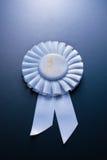 Der Preis für dritten Platz auf einem blauen Hintergrund Lizenzfreies Stockfoto