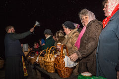 Der Priester besprüht Weihwasser Dobrush, Weißrussland Lizenzfreie Stockfotos