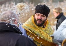 Der Priester widmet Mann Stockfoto