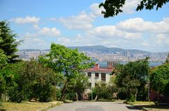 Der Prinz Islands Buyukada Istanbul Ansicht zur üblichen Straße Schöner blauer Himmel mit weißen Wolken, grünen Bäumen, Häusern u stockfotos