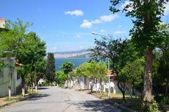 Der Prinz Islands Buyukada Istanbul Ansicht zur üblichen Straße Schöner blauer Himmel mit weißen Wolken, grünen Bäumen, Häusern u lizenzfreies stockbild