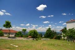 Der Prinz Islands Buyukada Istanbul Ansicht zur üblichen Straße Schöner blauer Himmel mit weißen Wolken, grünen Bäumen, Häusern u lizenzfreies stockfoto