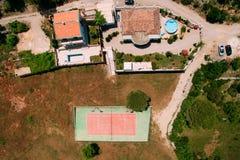 Der private Tennisplatz am Landhaus durch das Meer, Montenegro, Anzeige Stockfotografie