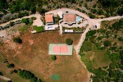 Der private Tennisplatz am Landhaus durch das Meer, Montenegro, Anzeige Stockfotos